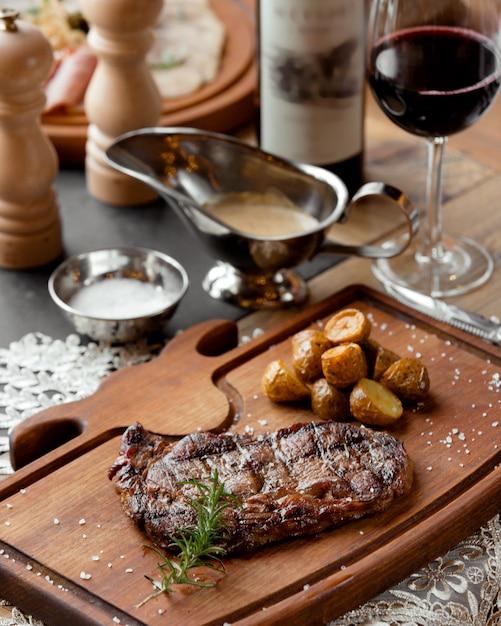 Bistecca di manzo alla griglia con patate novelle arrosto Foto Gratuite
