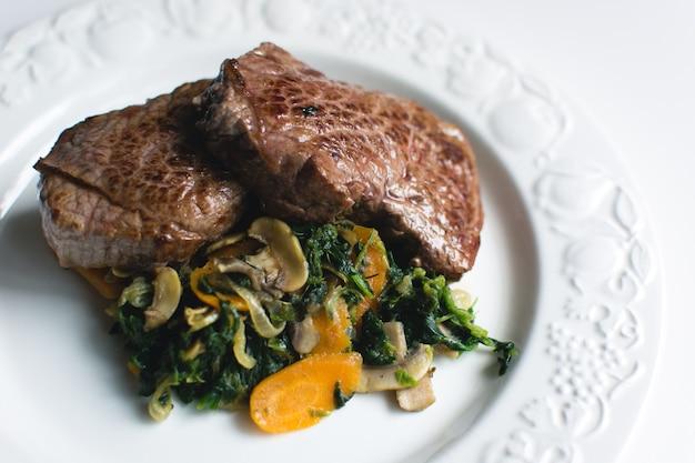 Bistecca di manzo con verdure Foto Gratuite