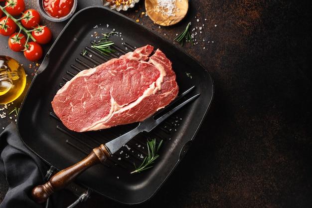 Bistecca di manzo cruda sulla griglia Foto Premium