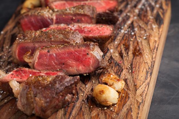 Bistecca di new york pronta da mangiare del primo piano. Foto Premium