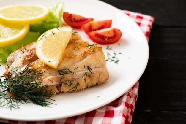 Bistecca di pesce dentice alla griglia Foto Premium