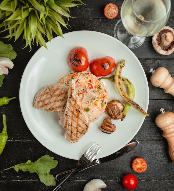 Bistecca di pollo con riso e verdure Foto Gratuite