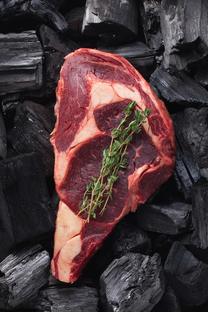 Bistecca di ribeye di carne fresca cruda. Foto Premium