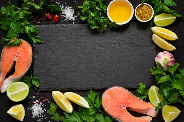 Bistecca di salmone crudo fresco e ingredienti Foto Premium