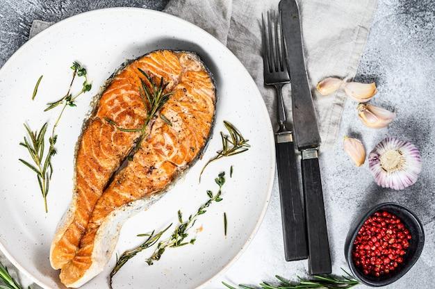 Bistecca di trota arrostita. frutti di mare sani. vista dall'alto Foto Premium