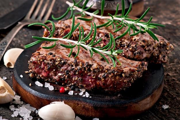 Bistecca succosa di media rarità con spezie Foto Gratuite