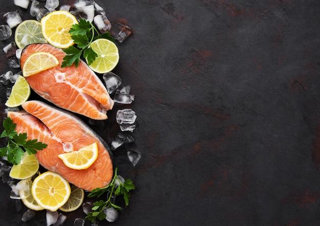 Bistecche di salmone crude Foto Premium