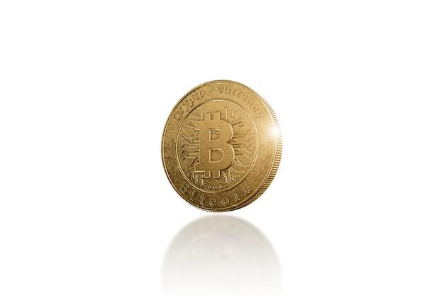 Bitcoin della moneta di oro su bianco Foto Premium