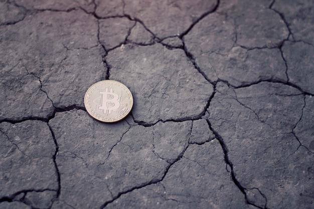 Bitcoin di monete su terra screpolata. concetto finanziario Foto Premium