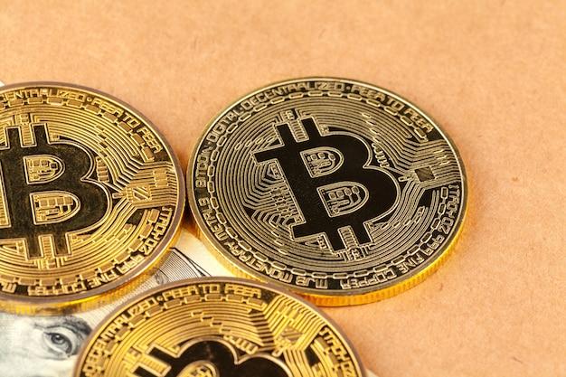 Bitcoin digitale in oro criptovaluta e dollari americani. Foto Premium