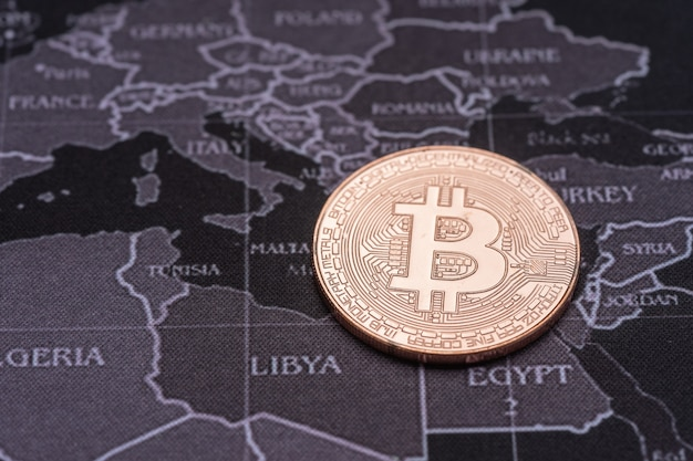Bitcoin dorato con sfondo di mappa riflesso e retrò. Foto Premium