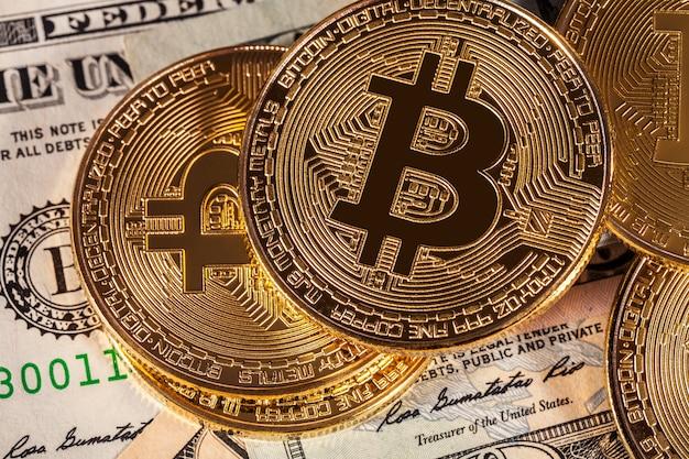 Bitcoin dorato sulla priorità bassa delle fatture di soldi Foto Premium