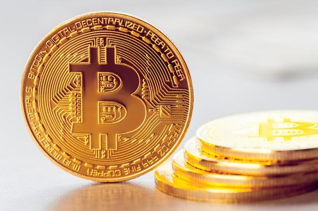 Bitcoin dorato sullo sfondo di un mucchio di altri bitcoin Foto Premium