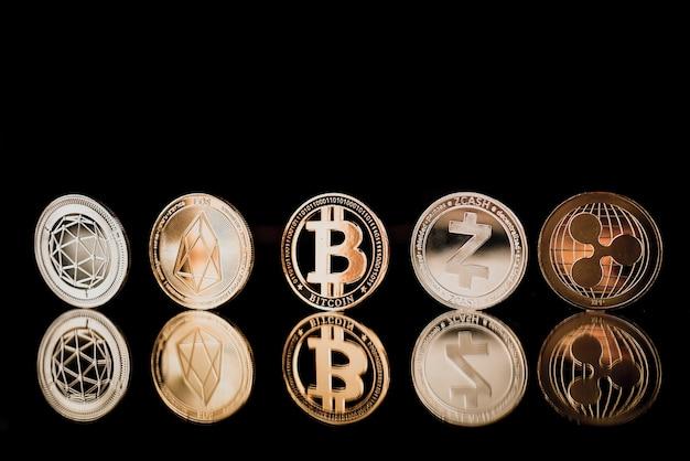 Bitcoin sul pavimento riflesso scuro Foto Premium
