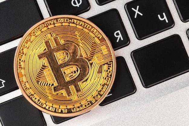 Bitcoin sulla tastiera del laptop Foto Premium