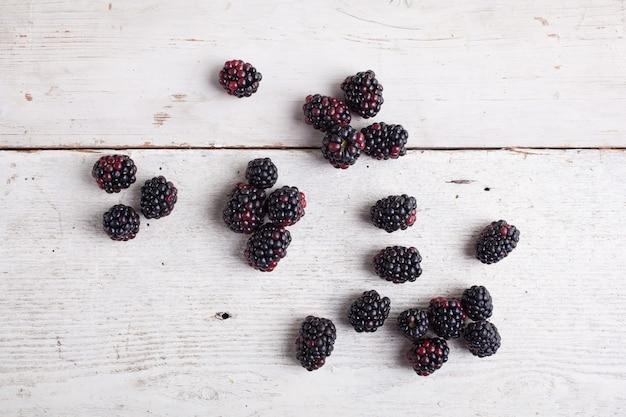 Blackberry sul tavolo di legno Foto Premium