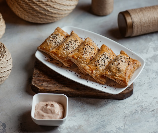 Blinchik arrosto, crepes russe servite con salsa tartara. Foto Gratuite