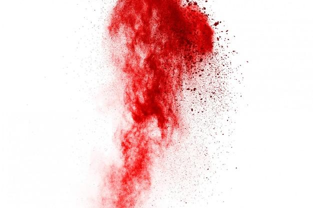 Bloccare il movimento di polvere rossa che esplode, isolato su sfondo bianco Foto Premium