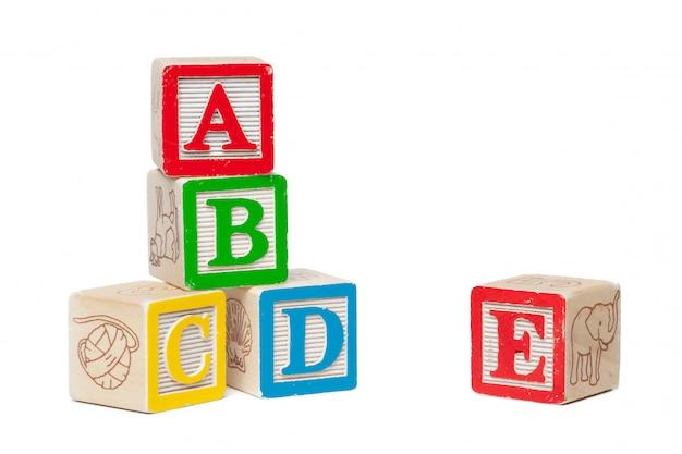 Blocchetti di legno di alfabeto isolati su bianco Foto Premium