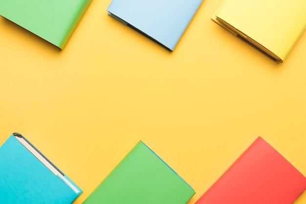 Blocchetti per appunti colorati disposti in ordine Foto Gratuite