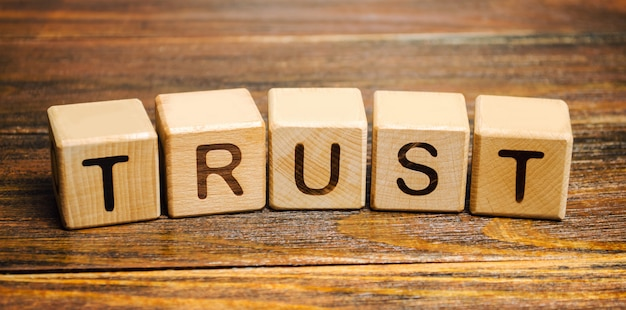 Blocchi di legno con la parola trust. Foto Premium