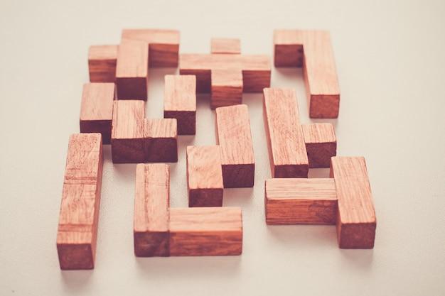 Blocchi di legno di forme differenti su fondo bianco Foto Premium