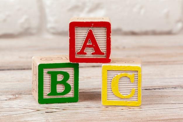 Blocchi giocattolo in legno con il testo: abc Foto Premium