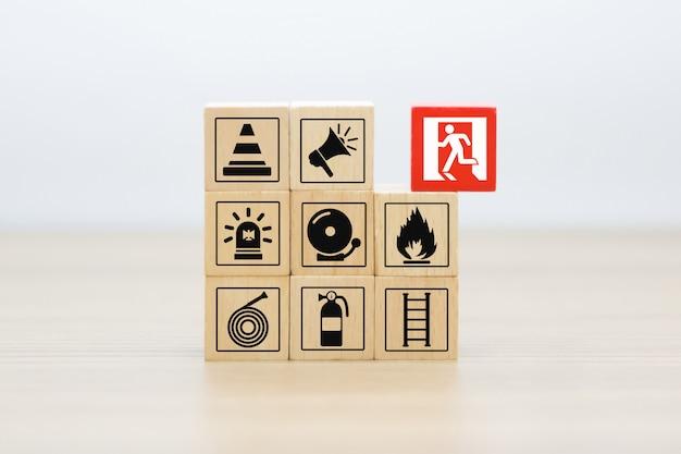 Blocco di legno accatastamento con icone di fuoco e di sicurezza. Foto Premium