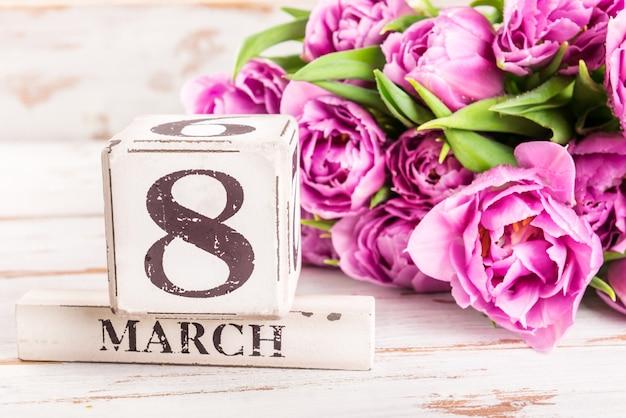 Blocco di legno con data internazionale delle donne, 8 marzo Foto Premium