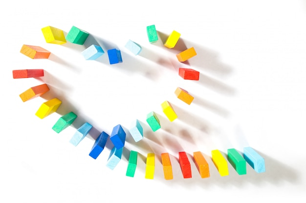 Blocco di simbolo del cuore di domino di gay isolato su fondo bianco. Foto Premium