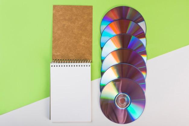 Blocco Note A Spirale Con Compact Disc Colorati Su Doppio Sfondo