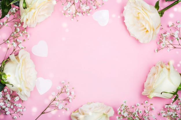 Blocco per grafici di giorno dei biglietti di s. valentino con i fiori bianchi sul rosa Foto Premium