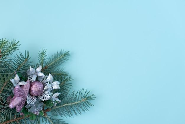 Blocco per grafici rotondo delle decorazioni di natale con lo spazio della copia sull'azzurro Foto Premium