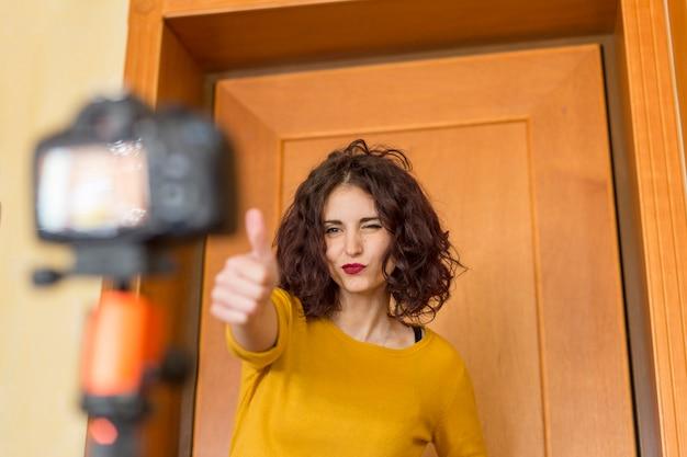 Blogger bruna che registra un video Foto Gratuite