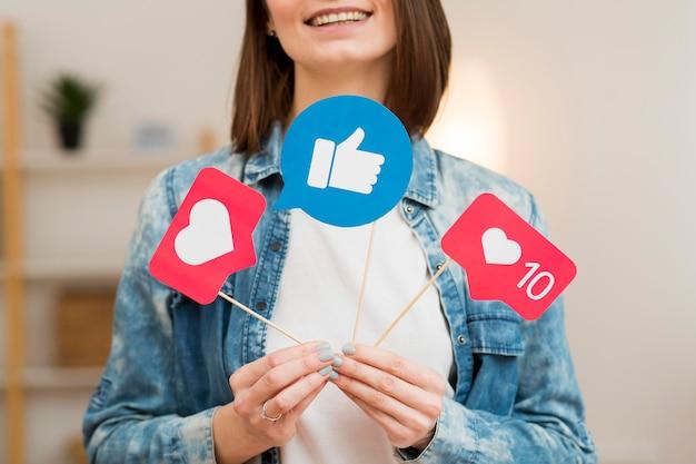 Blogger del primo piano che tiene le bandiere dei social media Foto Gratuite