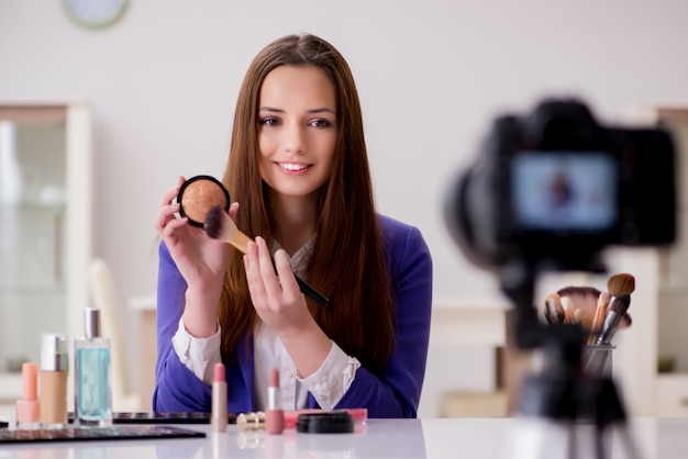 Blogger di bellezza che registra video per blog Foto Premium