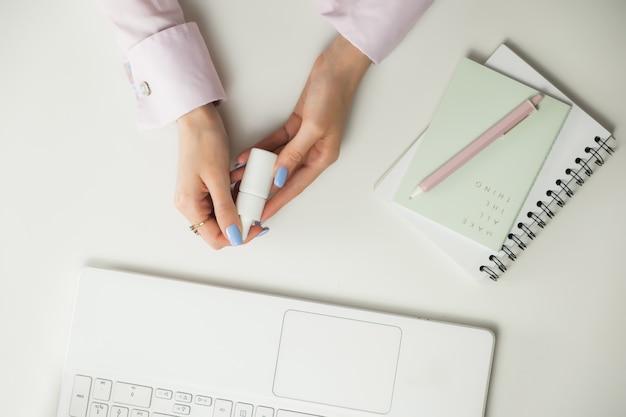 Blogger o consulente di bellezza femminile. lavoro a distanza da casa. freelance laptop, tazza di caffè. Foto Premium