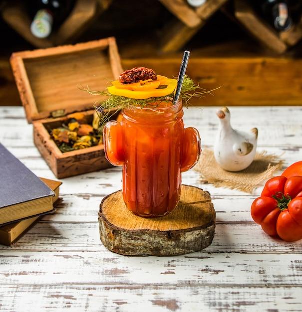Bloody mary cocktail con pomodori e verdure. Foto Gratuite
