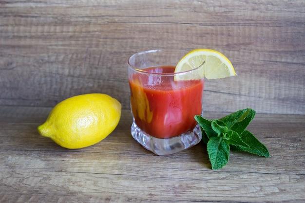 Bloody mary cocktail rinfrescante, cocktail estivo. succo di pomodoro con limone e menta Foto Premium