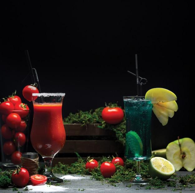 Bloody mary e cocktail laguna blu per la promozione delle bevande Foto Gratuite