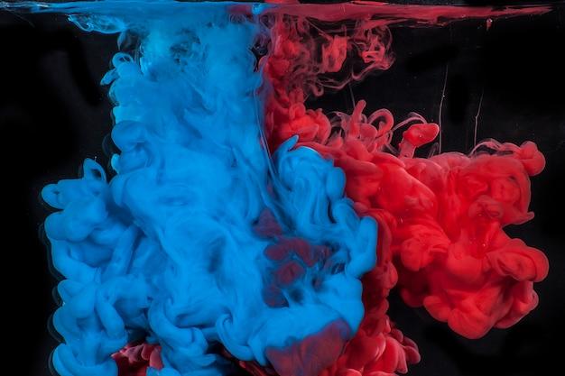 Blu E Rosso Su Sfondo Nero Con Acqua Scaricare Foto Premium