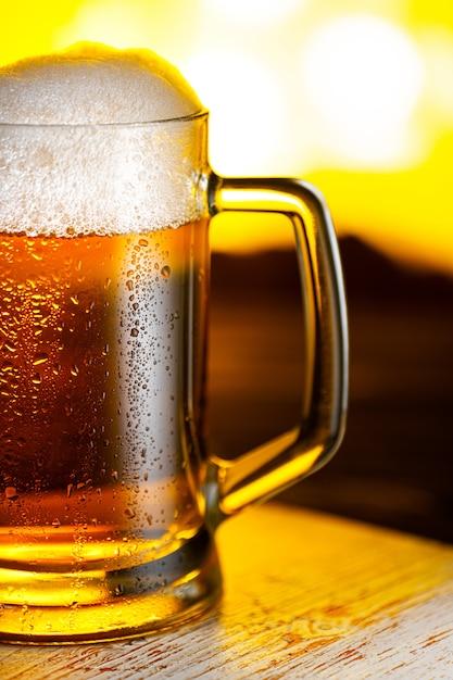 Boccale di birra leggera con schiuma da vicino Foto Premium