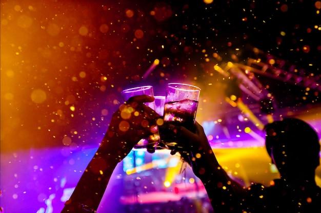 Boccale di birra nella celebrazione della bevanda della birra, luce colorata fuoco concetto di celebrazione con spazio di copia Foto Premium