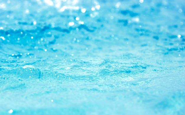 Bokeh sfondo chiaro in piscina acqua blu Foto Premium