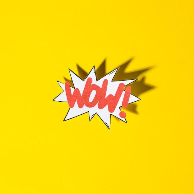 Bolla di boom comico con testo di espressione wow con ombra su sfondo giallo Foto Gratuite