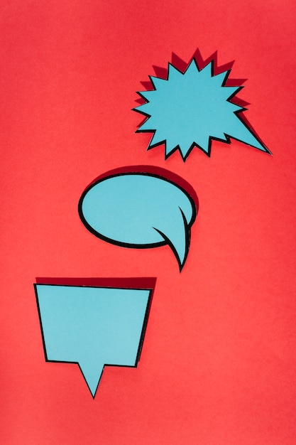 Bolla di discorso impostata su sfondo rosso Foto Gratuite