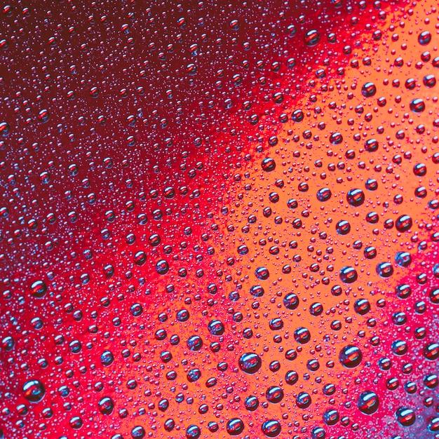 Bolle d'acqua astratte su sfondo rosso e arancione brillante Foto Gratuite