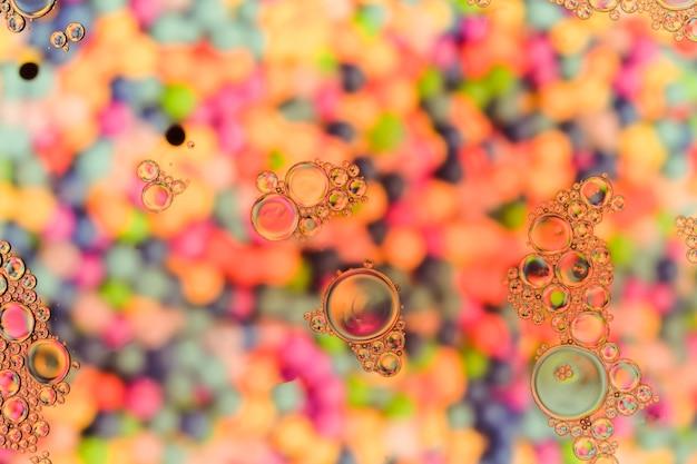 Bolle trasparenti sulla calda superficie color perla Foto Gratuite