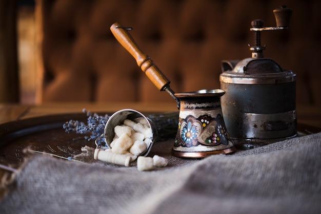 Bollitore e zucchero del caffè turco d'annata di vista frontale Foto Gratuite