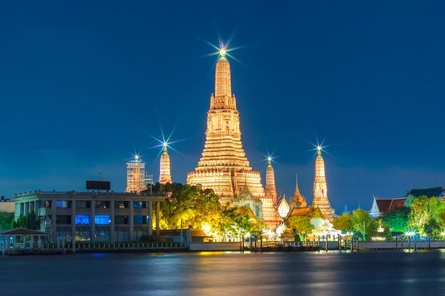 Bombarda di wat arun a bangkok, tailandia Foto Premium